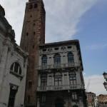 Il Campanile della Chiesa dei SS. Geremia e Lucia affiancato a Palazzo Balbi